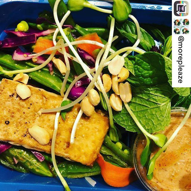 This rice noodle veggie bowl from @morepleaze looks bomb! * * * * * * #napilifarmersmarket #locallygrown #ricenoodle #veggiebowl #goplantmade #vegetarian #maui #shoplocal #plantbased #vegan #healthyfood #sundayfunday #alohasunday