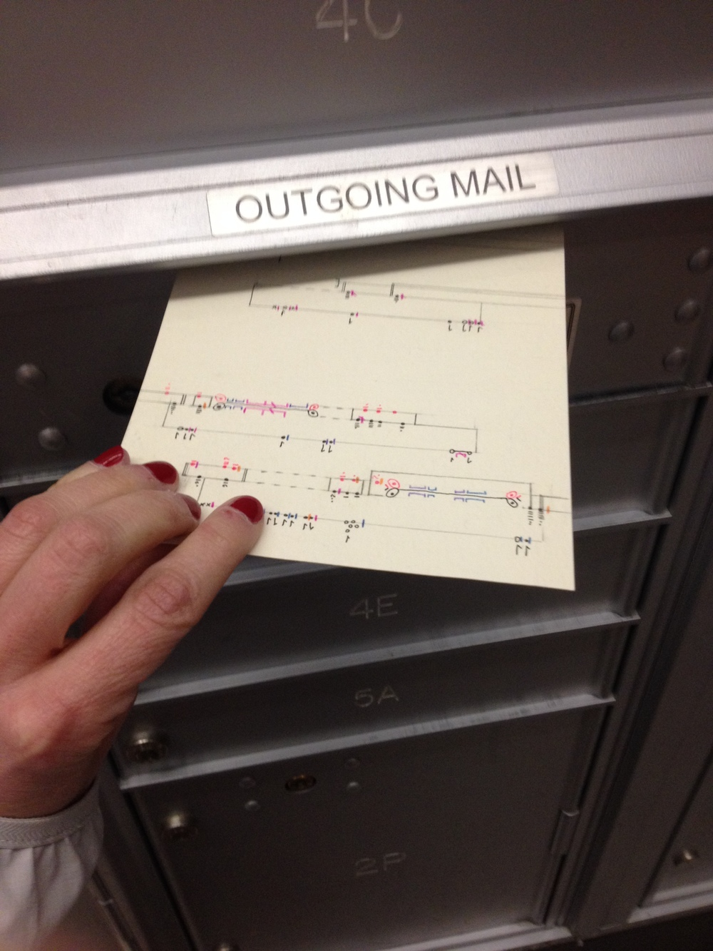 I post my postcards from my building's mailbox - which is so awful ! (Actually, in New York it seems there are no public mailboxes down the road!)