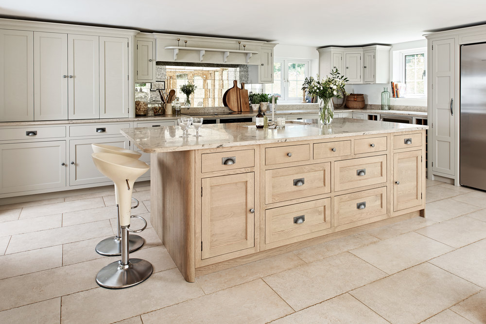 INKPEN - TRADITIONAL, DISTINCTIVE, ELEGANTAn elegant and traditional kitchen design with exquisite moulding detailing on the doors and optional beading.Available in painted or oak finishes.