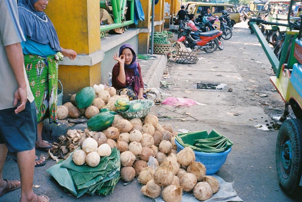 市場の入り口でココナッツを売るおばさん。カメラをむけたらポーズをしてくれた。