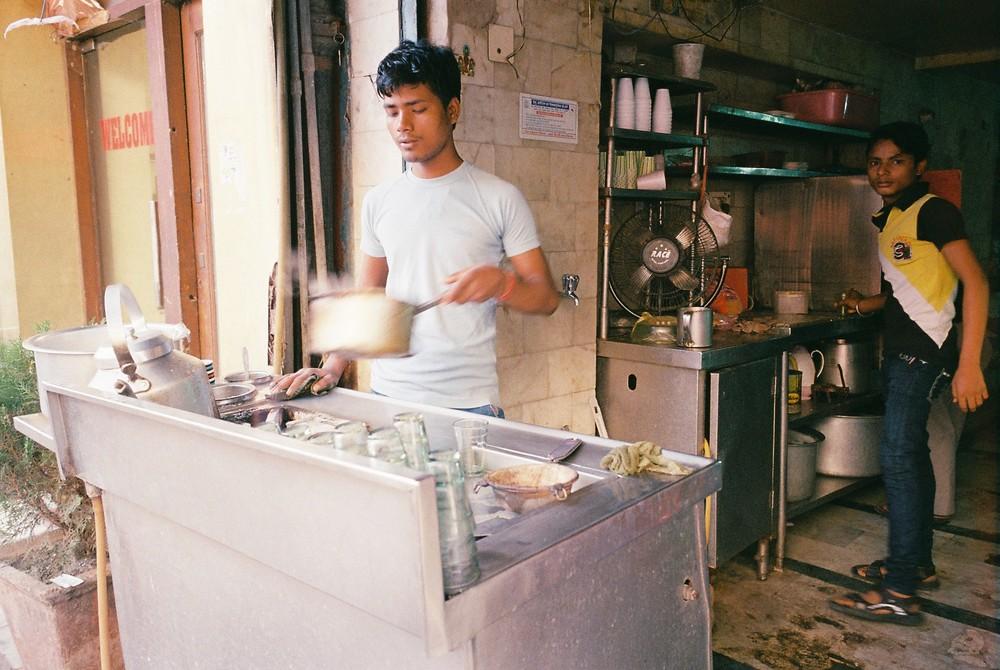 慣れた手つきでチャイを入れるお店のお兄さん。沸騰しそうになると火から鍋を離してという絶妙なタイミング。