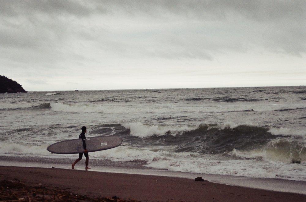 台風の波に挑んでいく清太郎くん