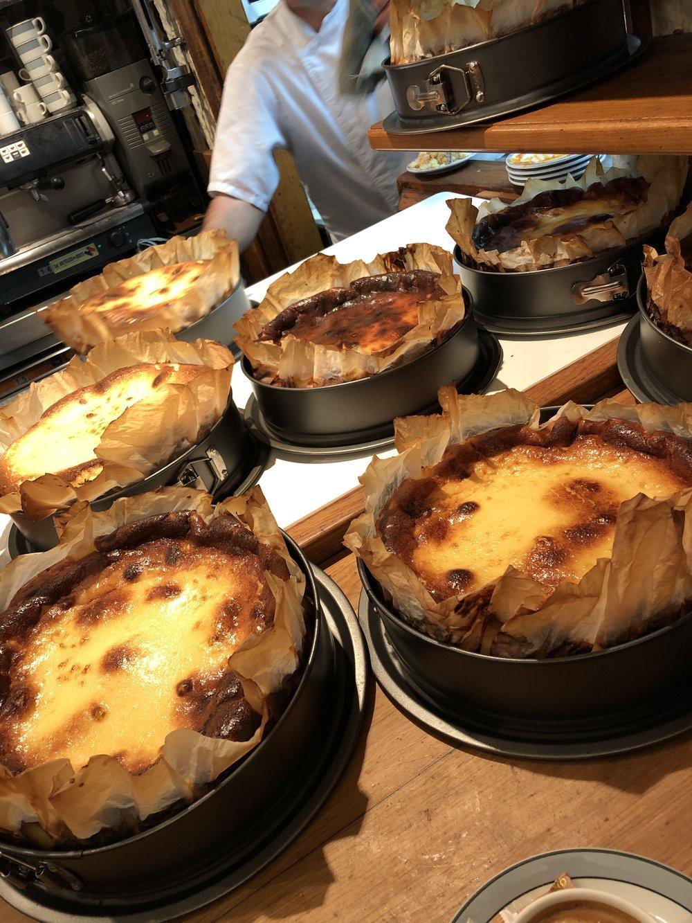 La viña ここでは毎日50個のチーズケーキを焼く。オーブンから出来立てが出てくるんだけどぷるんぷるん。冷まして沈ませる。小さめふた切れで€5 濃厚でクリーミーで美味しい。 安い。