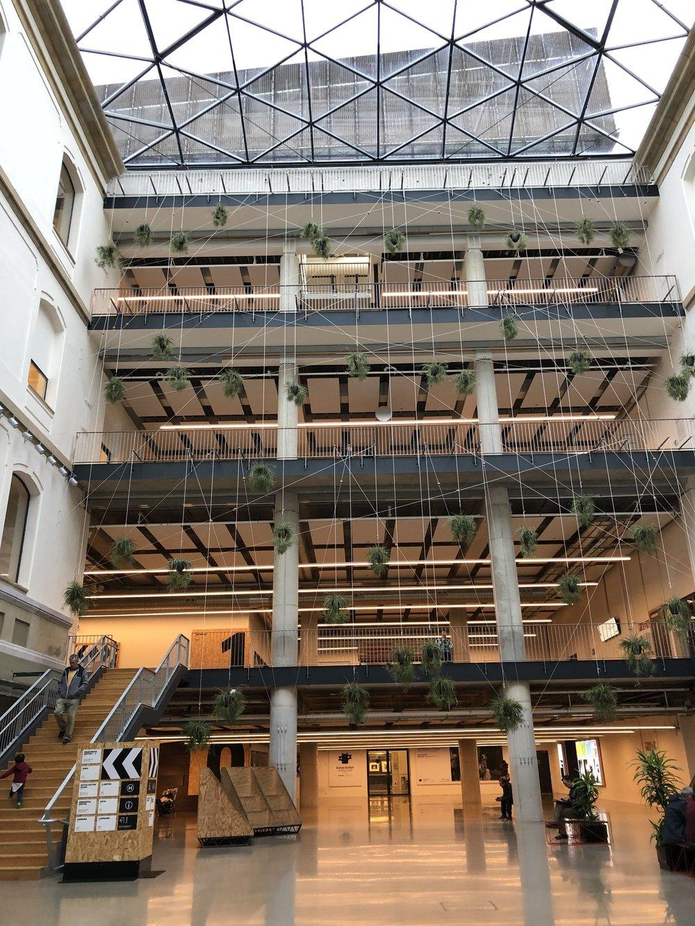 解放感! こういう建物のつくりも人が自由に発想、創作することを可能にしている気がする。日本の建物って天井狭くてなんか自由がない感じするよね。