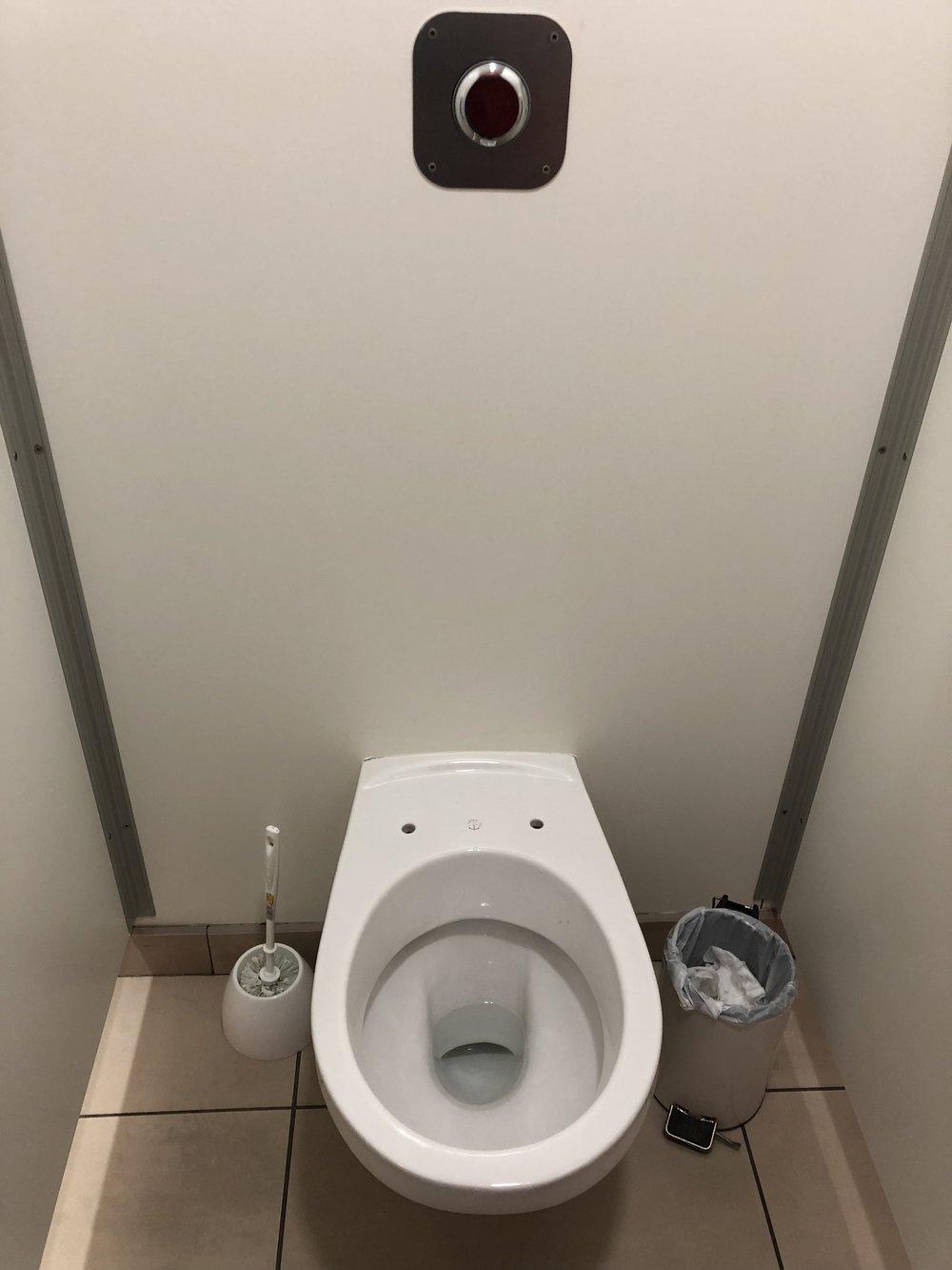 ここだけだと思ったらここ以外にも便座なしのトイレがあった、、、 どういう仕組み?便座代節約なのか?