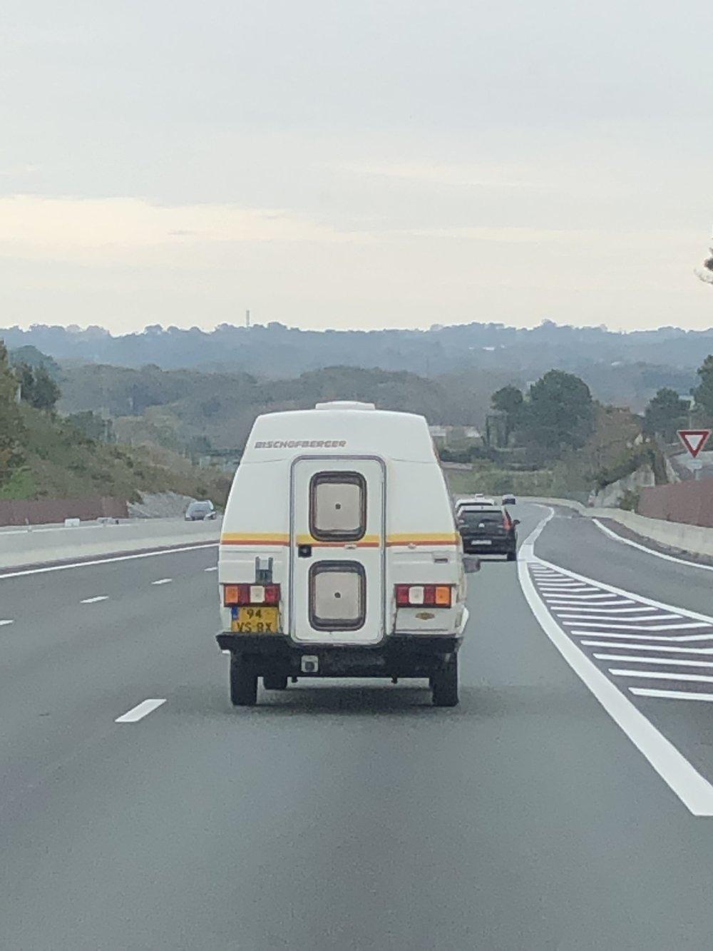 高速っぽくない高速。日本の高速は過保護?!横に高い塀があって閉鎖感あるけどこっちはなんでもオープン。 自己責任。