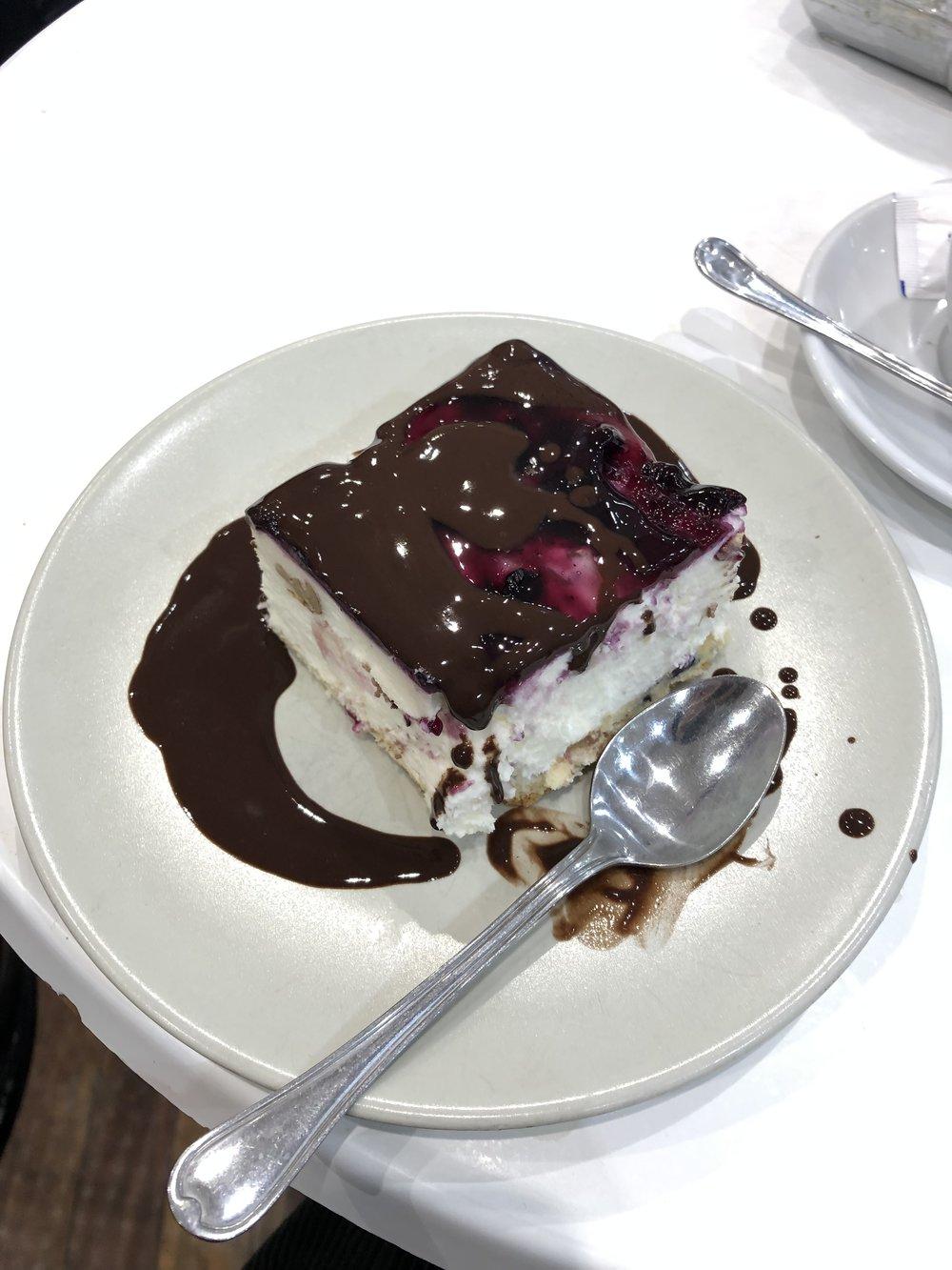 チーズケーキ頼んだら チョコレートかけられて出てきた 涙 ずっと気になってたペイストリート屋さんだけに びっくりそしてあんまり美味しくなかったよw