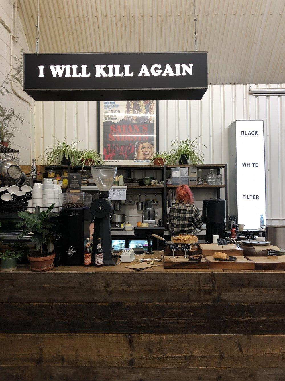 逗子、長柄に今年オープンしたdark arts coffeeの本家へ。 お店で豆をローストしている。