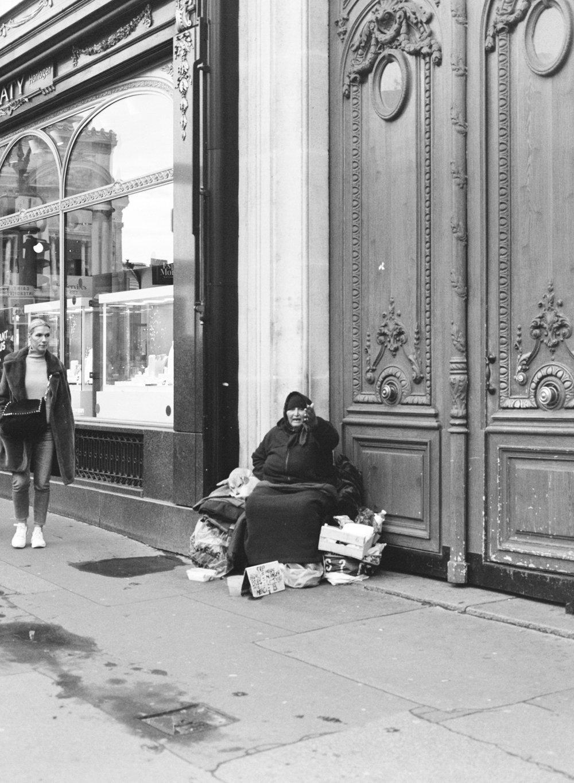 パリでの一枚。このおばさんのポケットに 私よりお金がはいっていてもおかしくないくらいな私の財布事情なう。
