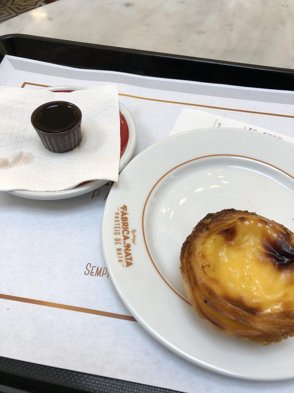 リスボンでよく目にした甘い食後酒。サンセバスチャンにも似たのがあった。 地元の人たちは大体氷を入れて飲む。Pastel de nata 直訳するとクリームタルト。1€