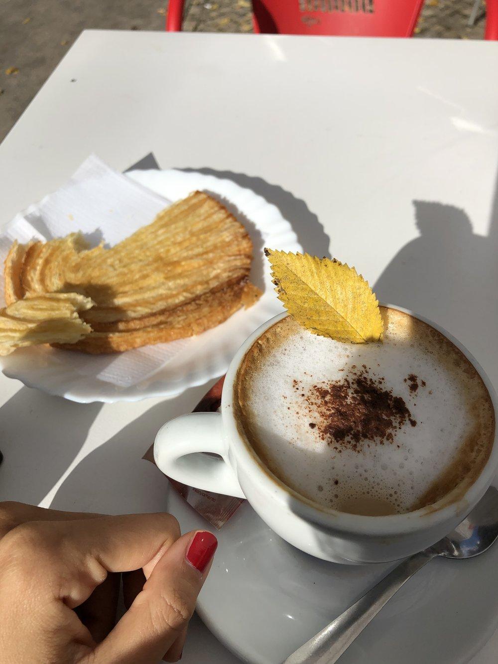 カフェラテ 1.50€ パイ 1.20€  ぼったくりだな。w ここから5分も離れてない観光客が来ないところのラテは この旅史上1番やすい0.90€でした!