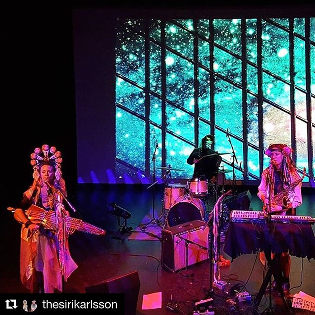 @thesirikarlsson på scen ikväll 💕🎶💕 med visuals av Röda robotens Anna Erlandsson #sirikarlsson #dunkerskulturhus foto: @blodsaft