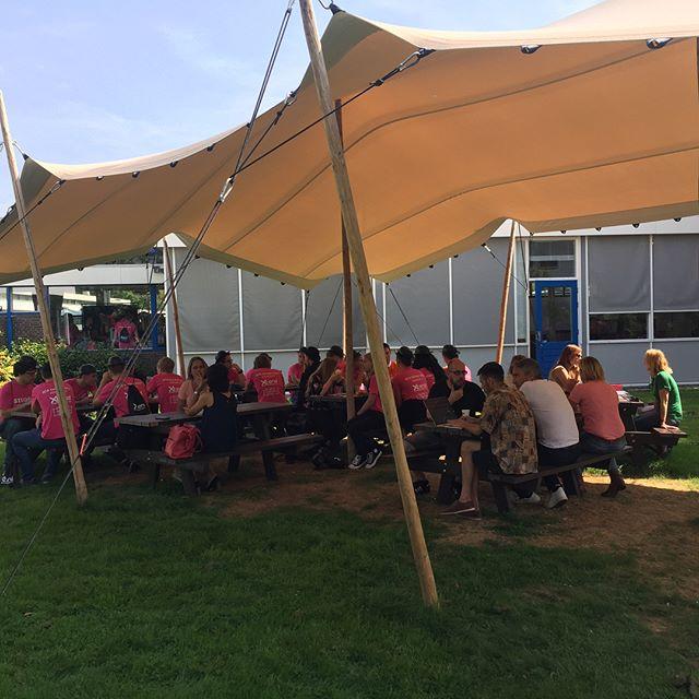 De eerste @han_intro dag is in volle gang! De slaapplekken zijn ingericht en nu lekker lunchen in het zonnetje ☀️ #intro #student #arnhem #studeertechniek