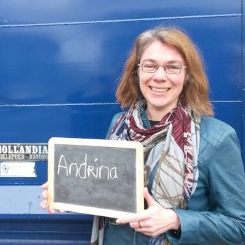 Dit is Andrina Sol van 'Reizen voor Focus'.  Ze staat vóór haar blauwe vrachtwagen. Dit wordt een mobiele werkplek. Zo kan ze zelf ook steeds reizen voor (meer) focus!