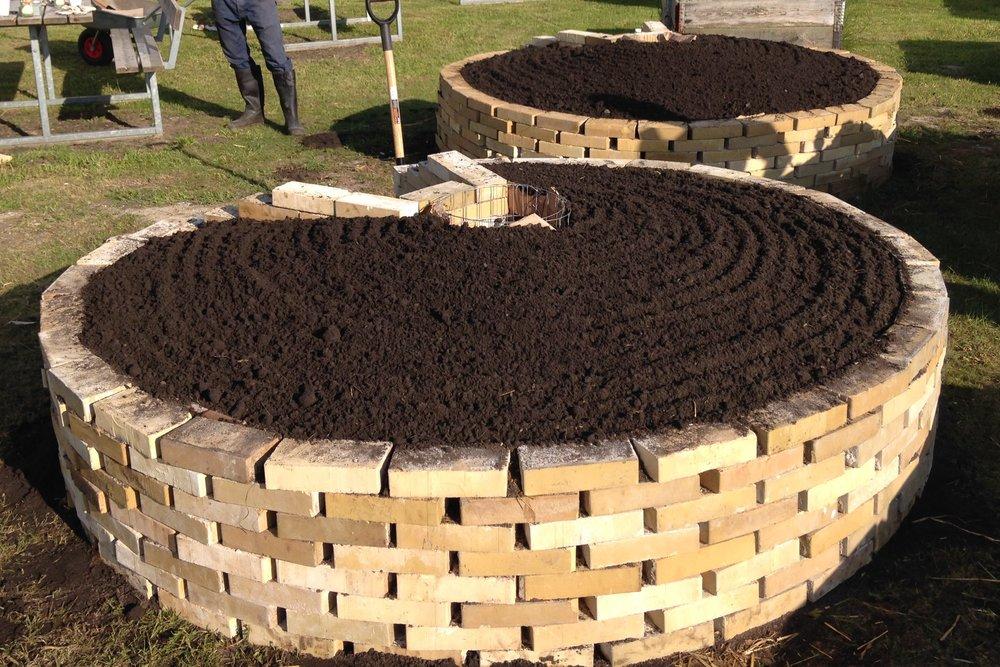 Keyhole Garden - En keyhole garden (eller nøglehulshave på dansk med reference til højbedets form) er et højbed med integreret kompostering. Konceptet er simpelt, men genialt. Have- og madaffald komposteres i midten af bedet, hvor kompost-orme omdanner det til næringsrig kompost, der efterfølgende kan bruges til at dyrke nye afgrøder i. Den særlig form gør det nemt at komme af med affaldet i midten, hvorfra det omdannes til ny kompost til bedet.