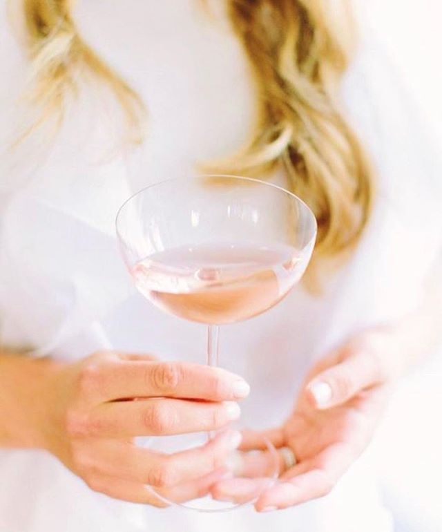 An unseasonably warm winter day? The perfect reason to crack open a bottle of rosé.🌸🥂 We might not be traveling to somewhere warmer this winter, but the sound of birds in the morning & later sunsets is giving us some hope that warm weather is on the horizon!👙✌🏻