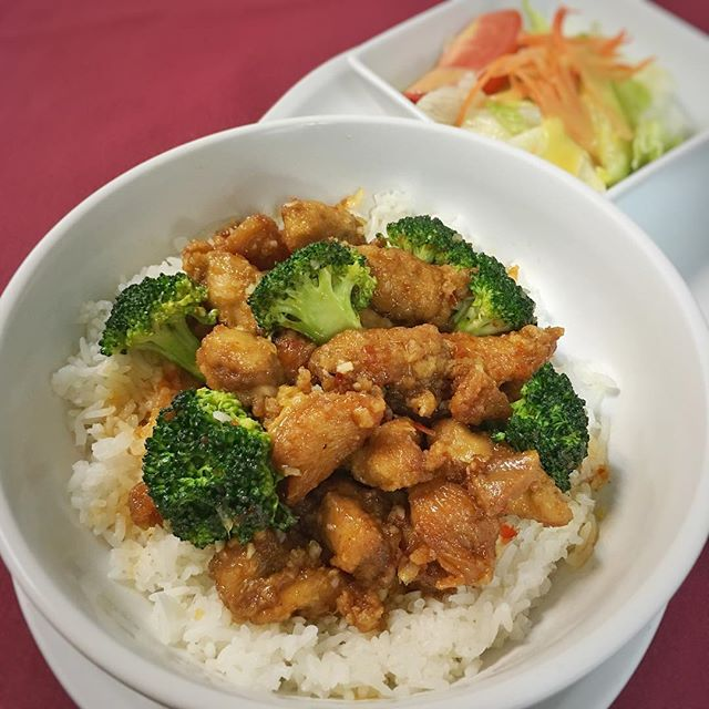 Sweet Chili Chicken from our March Lunch Bowl Specials. Crispy tempura chicken, broccoli, scallion, stir-fried in house made sweet chili sauce, served over rice. #Thai #thaifood #lunchbowl #instafood #instakc #thaikc #waiwaitp #waiwaiop #overlandpark #kansascity #kc