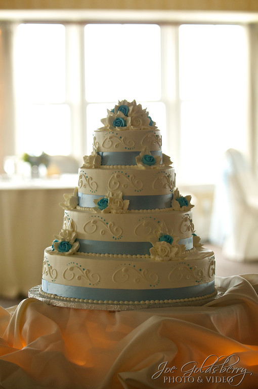 Florence & Steve's cake displays just enough color to stand out.