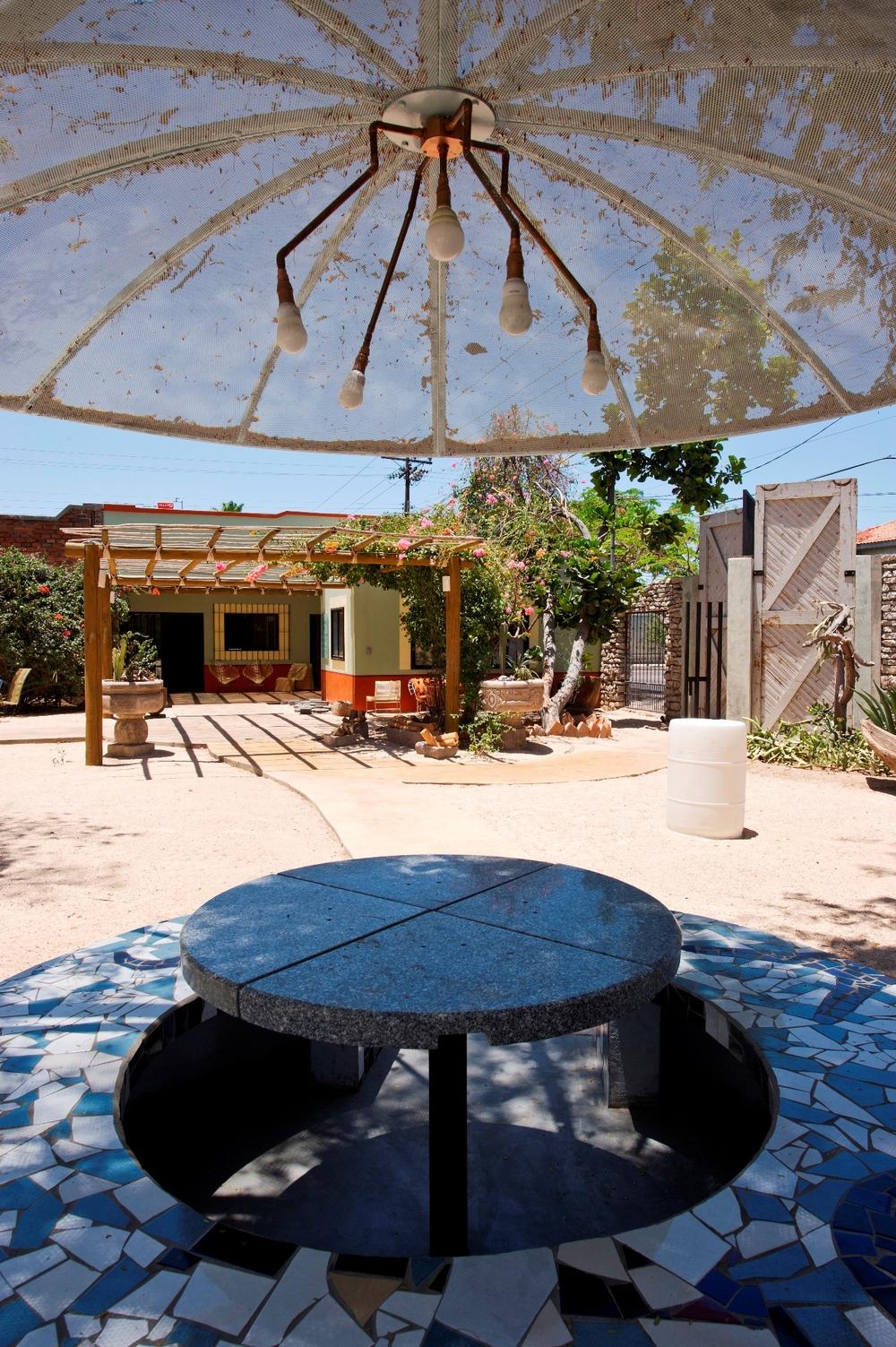 mesa-ecologica-azulejo-sombrilla-parabolica-oficina-tenaja-holdings-la-paz.jpg