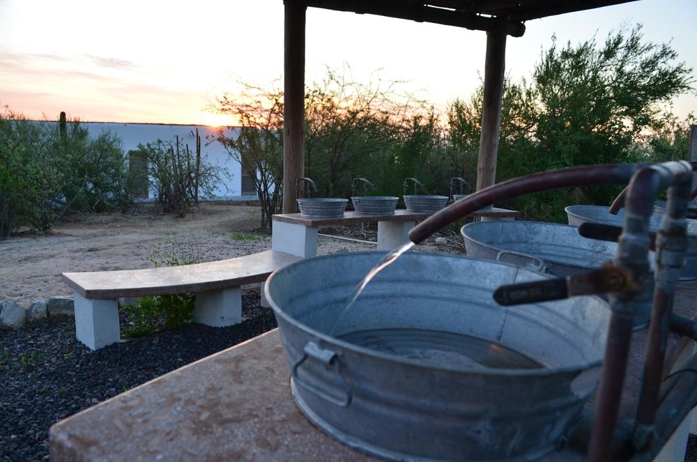 lavabos-rusticos-diseño-ecologico-rancho-sierra-la-paz-mexico.JPG
