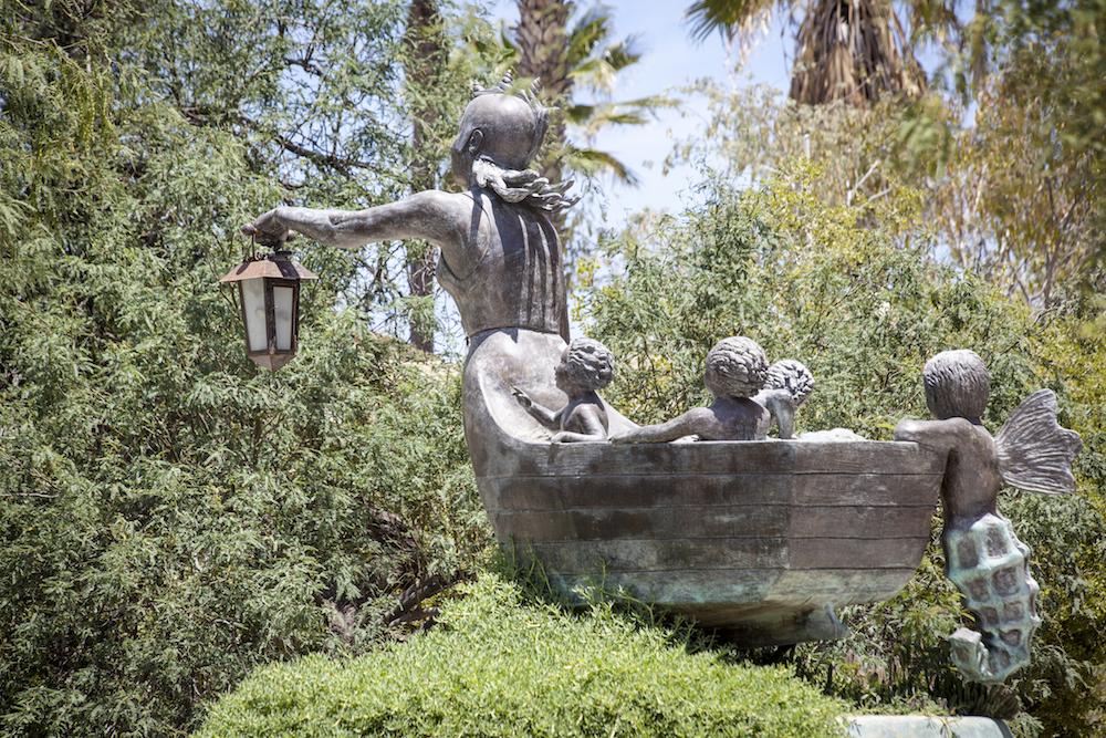 Poetas para la Tierra , una escultura en El Manglito, La Paz, B.C.S., México, creada por Benito Ortega Vargas.