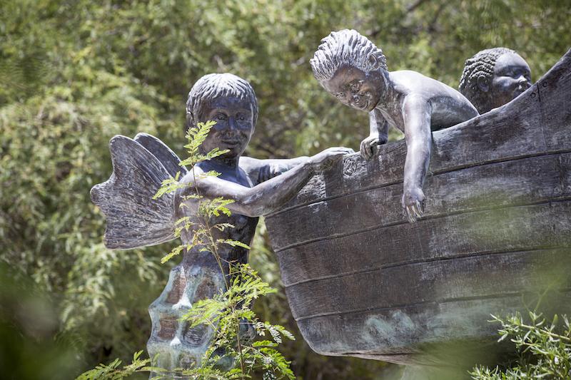 Los detalles de la escultura   Poetas para la Tierra  en El Manglito, La Paz, B.C.S., México, creada por Benito Ortega Vargas.