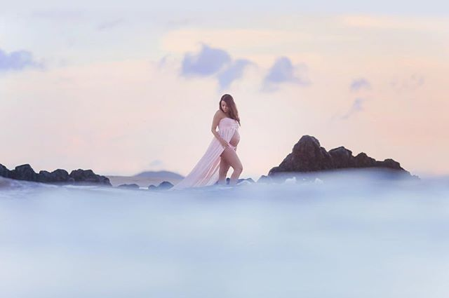 B L O G G E D || This recent maternity session features a beautiful mom-to-be surrounded by peaceful pastels at sunrise 💕