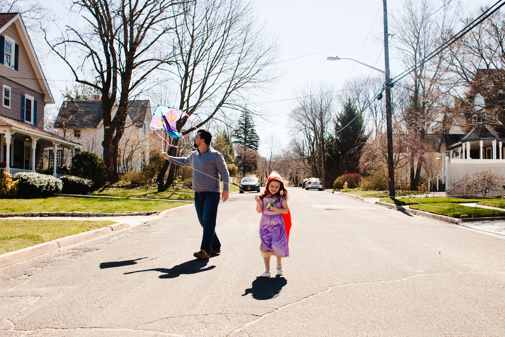 flying a kite with daddy | documentary-style photo shoot Long Island