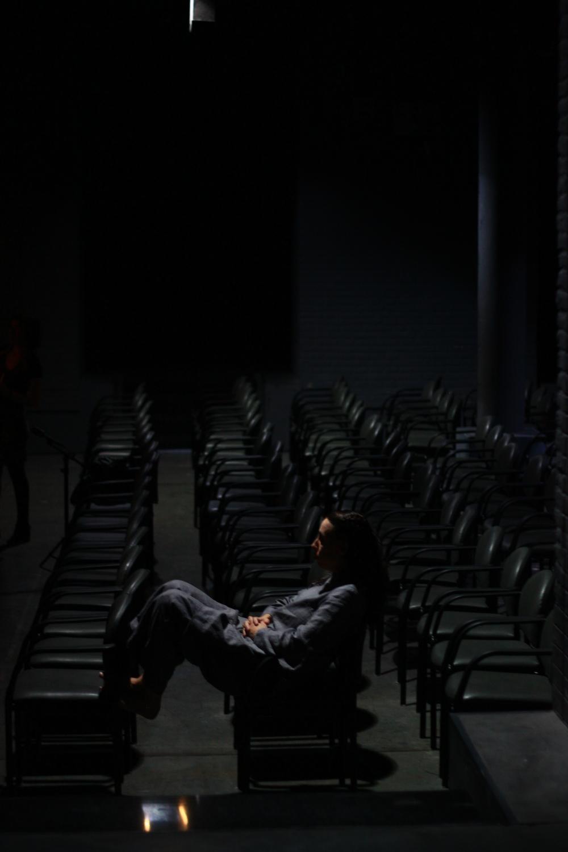 lucia sola sentada pllatea soñadora.JPG