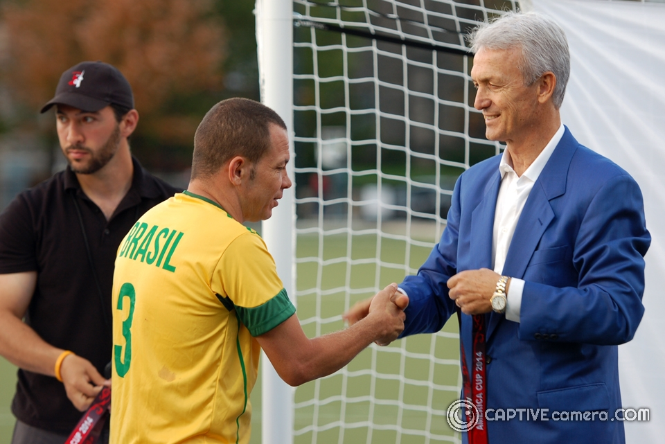 Benito Floro presents 2014 America Cup medals