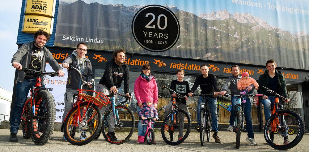 Sympathisch, kompetent, leidenschaftlich und völlig verrückt auf Fahrräder: das Team der Radstation Lindau. Foto: Susi Donner