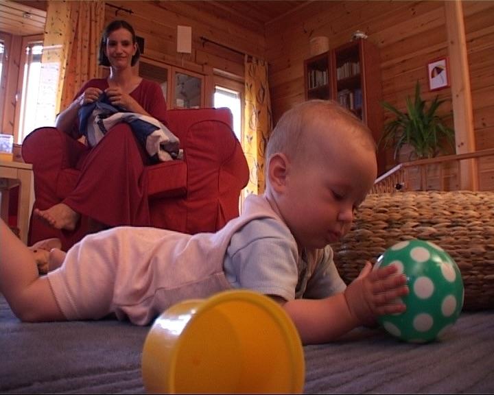 Filmsorozat az első másfél évről Ez a 12 részes filmsorozat, amely elsősorban szülőknek készült, egy lehetőséget, alternatívát kíván nyújtani, az elsőmásfél év mindennapi gyermeknevelési kérdéseiben igyekszik eligazítást adni, mint pl.: evés, sírás, mozgás, játék, stb. A sorozat részeiben felnőtteket és gyerekeket láthatunk hétköznapi helyzetekben.