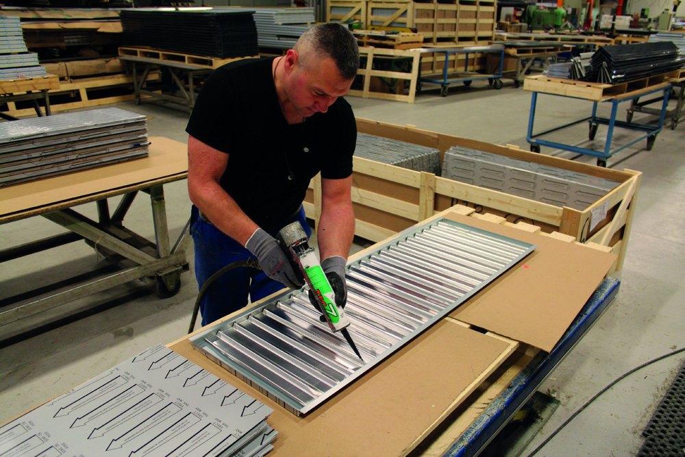 Montering av backing ved fabrikken i vik i sogn