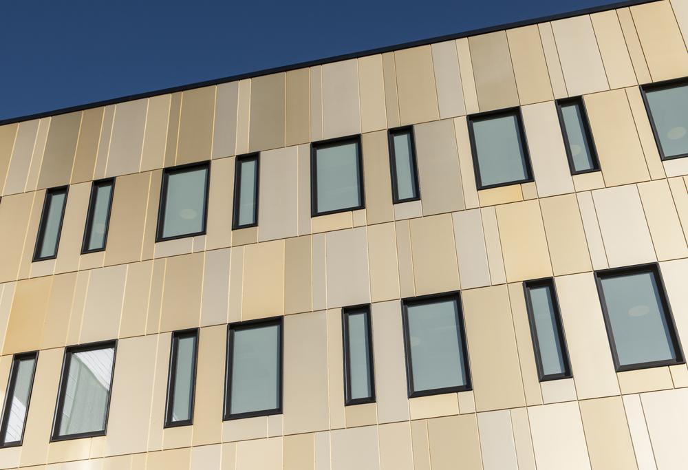 Petal Classic - Classic-paneler i forskjellige gullfarger. Bygg: Østfold Sentralsykehus