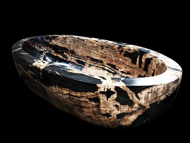 Хотите эту ванну? Ок, она обойдётся вам в 2 миллиона долларов 💵  Выставка дизайна интерьера состоялась 26-29 марта в Центре мировой торговли в Дубае, и все глаза были прикованы к это каменной мантии, изготовленной Найджелом Фенвиком, сделанной из окаменелого древа из индонезийских тропических лесов.  Аналогичная ванна была продана в ОАЭ за озоноразрушающие 1,7 млн долларов. Почти 2 миллиона долларов😱. «История этой прекрасной и чрезвычайно редкой ванны подразумевало драматическое и рискованное путешествие в поисках совершенного произведения искусства», - сказал он. «Окаменелое дерево является одним из самых редких и красивых материалов в мире, и многие считают, что у него невероятные терапевтические и целебные свойства воздействия продлевать жизнь». Если что, мы можем привезти дешевле 😜