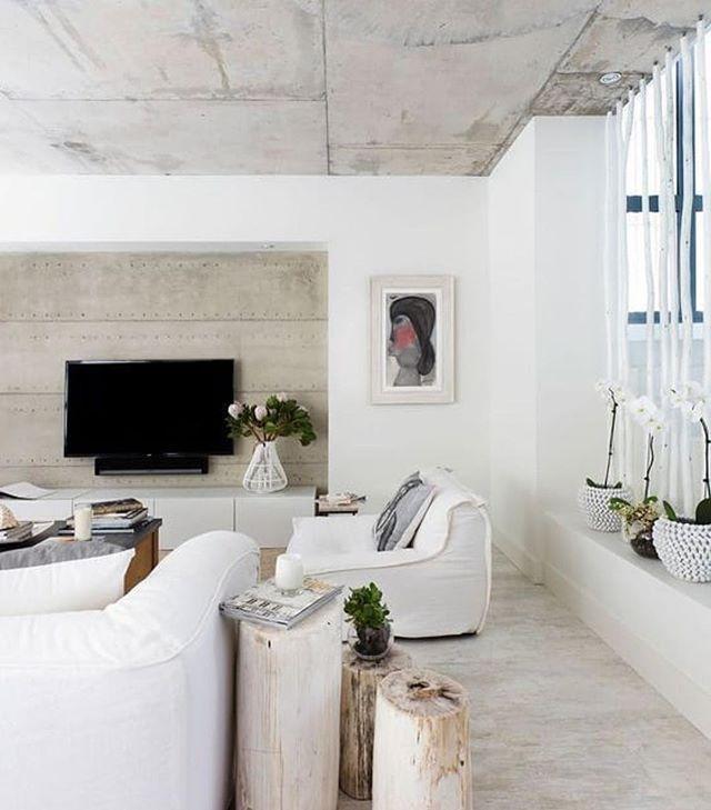 Пни из окаменелого дерева в интерьере с использованиям бетонных стен.  А вы любите бетон в интерьере?