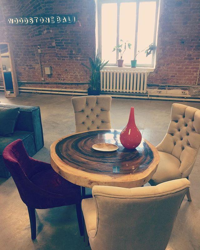 SUAR ROUND TABLE Обеденный Стол из дерева Суар  Размер: столешница 900 мм. Высота: 750 мм.  Статус: в наличии  Стоимость: 95000₽ Специальная Стоимость 65000₽ (до 06.02.2019) #суар #обеденныйстол #сделаносамойприродой