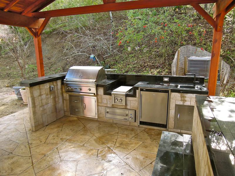 Backyard_Kitchen_3_0.JPG