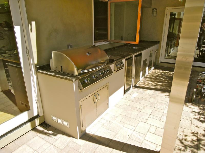 Backyard_Kitchen_2_0.JPG