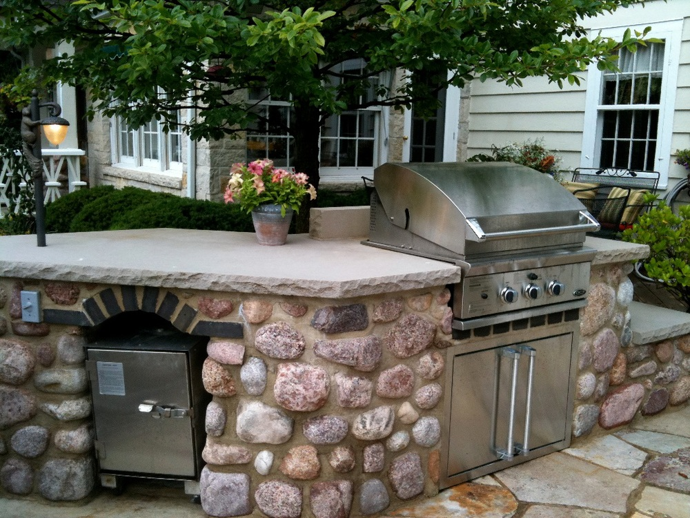 outdoor kitchen design with built in grill and built in