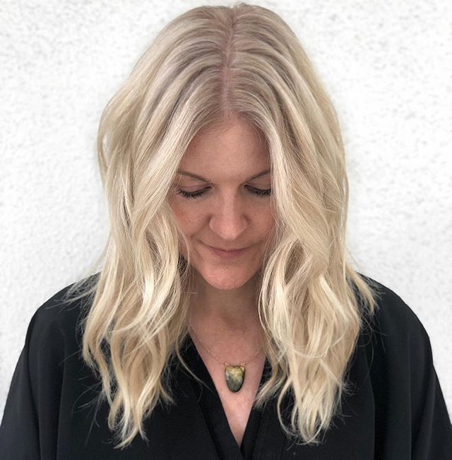 V A N I L L A  C R È M E 🍦 // Color: @chelseamhair . . . @saulinosmithsalon @wellahair @hairbrained_official @behindthechair_com . . . . #chelseamhair #newvintagebeautylounge #saulinosmithsalon #venice #portlandhair #santamonicahairstylist #portlandhairstylist #blondespecialist #portlandblondespecialist #blondespecialist #blonde #iceblonde #ashblonde #pdxhair #santamonica #losangeles #balayage #highlights #babylights #ombre #rootyblonde #rootsmudge #hairbrained #btc #hairinspo #behindthechair #americansalon #fashion #lafashion #maneinterest #maneaddicts