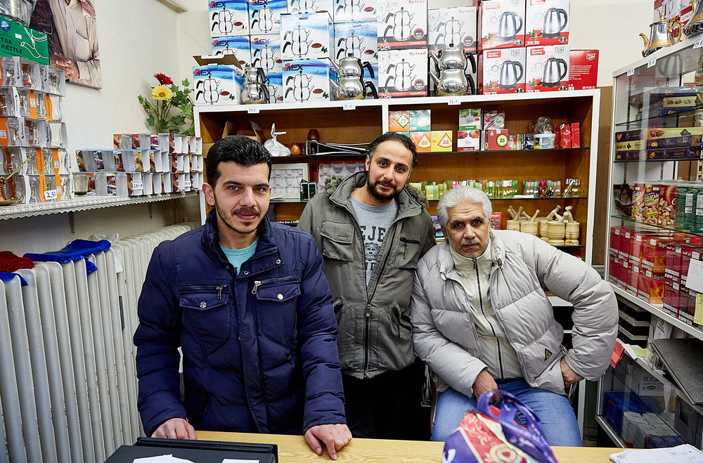 Syrian refugees Yousef Alanezi and Bashar Aldakhiel, pictured here with a customer, opened Kaufbeuren's first halal market in spring 2018