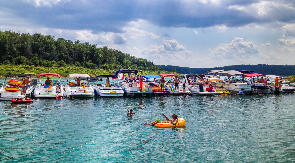 Pontiac_Cove_Marina_on_Bull_Shoals_Lake_in_Southern_Missouri.jpg