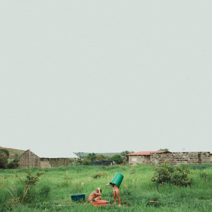"""gran sabana -venezuela : 2016  // ian vildosola // web - instagram    rito : """"es característico de toda cultura el construir un mundo hecho por el hombre, artificial, que se sobrepone al mundo natural en el que el ser humano vive. Pero el hombre puede realizarse únicamente si permanece en contacto con los hechos fundamentales de su existencia, si puede percibir la exaltación del amor y la solidaridad, as"""" como el hecho trágico de su soledad y del carácter fragmentario de su existencia"""". erich fromm, """"la soledad del hombre"""" (1970)."""