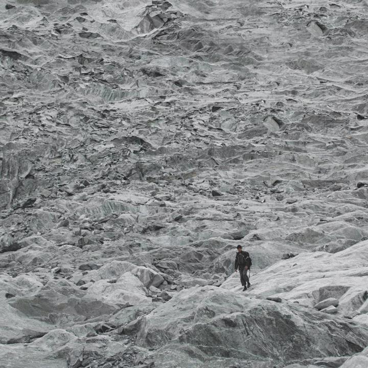 """pico humboldt -venezuela : 2015  // ian vildosola // web - instagram    rito : """"es característico de toda cultura el construir un mundo hecho por el hombre, artificial, que se sobrepone al mundo natural en el que el ser humano vive. Pero el hombre puede realizarse únicamente si permanece en contacto con los hechos fundamentales de su existencia, si puede percibir la exaltación del amor y la solidaridad, as"""" como el hecho trágico de su soledad y del carácter fragmentario de su existencia"""". erich fromm, """"la soledad del hombre"""" (1970)."""