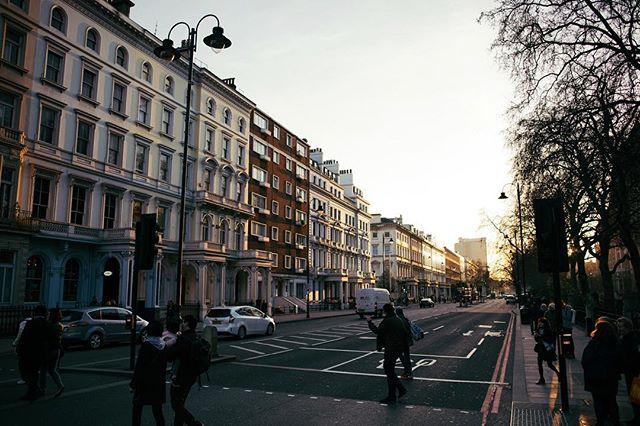 Golden hour is 100% the prettiest time of day 😍 ⠀ .⠀ .⠀ .⠀ .⠀ .⠀ .⠀ #london #thisislondon #sunset #goldenhour #londonstreets #kensington #vsco #vscocam #vscogood #vscotravel #adventure #travel #welivetoexplore #justgoshoot #lifeofadventure #exploremore #explore #nikon #d810 #nikonuk