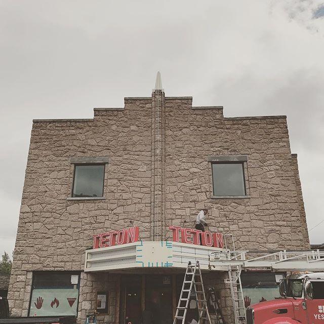 The new Teton sign is going up today! Looks good @handfirepizzajh #jacksonhole #pizza