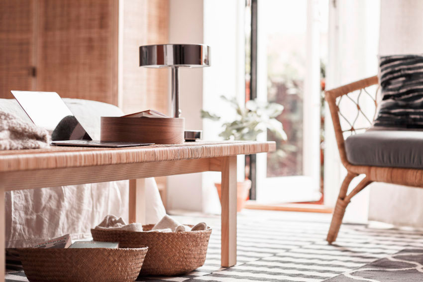 """""""Buscamos materiales que se pudieran tocar, de aspecto suave y liso que dieran esa sensación de calidez y que evocasen ese ambiente hogareño. Materiales con diferentes texturas que funcionasen bien juntos, tales como la caña, el terciopelo, el vidrio hecho a mano, las alfombras tejidas, así como elementos naturales como la madera de fresno"""", explica Viveca Olsson, responsable creativa de esta colección."""