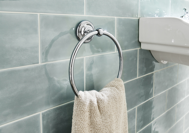 Detalle  toallero de anilla  de la Serie Carmen de Roca