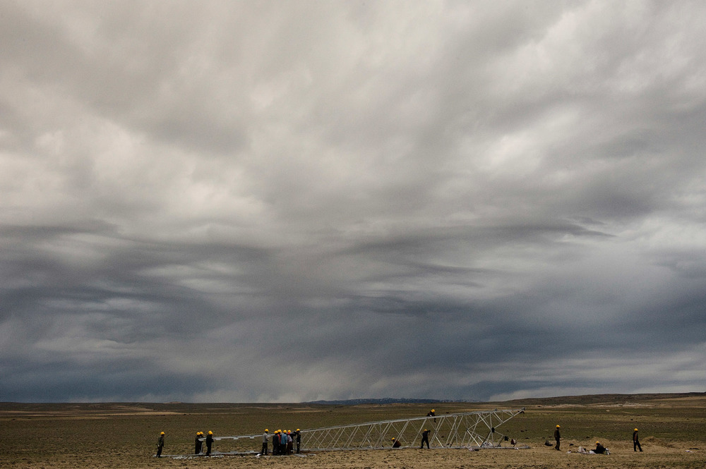 Workers from Sichuan setting up a high power electric line in the grassland of Northern Xinjiang. The province modernisation relies mainly on workforce imported from other Chinese provinces and provide little opportunities to the native Uighurs.